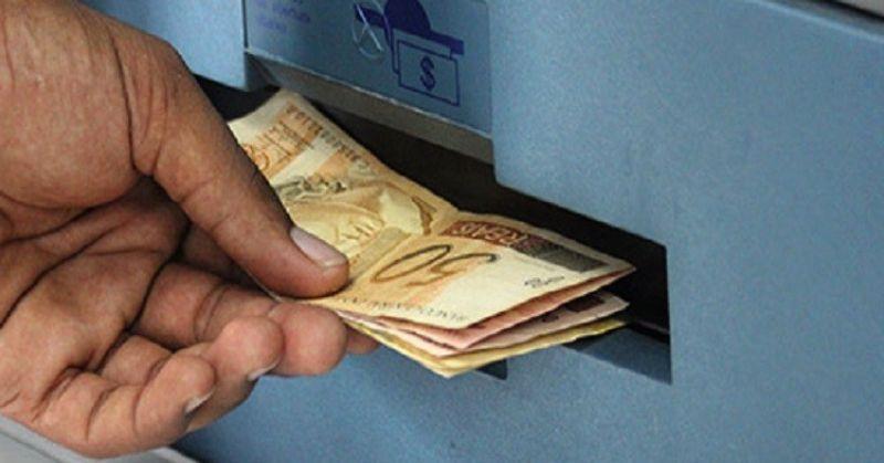 Saques do FGTS devem ajudar nas necessidades financeiras mais urgentes, diz SPC Brasil e CNDL